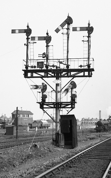 Reading Main Line West home signals